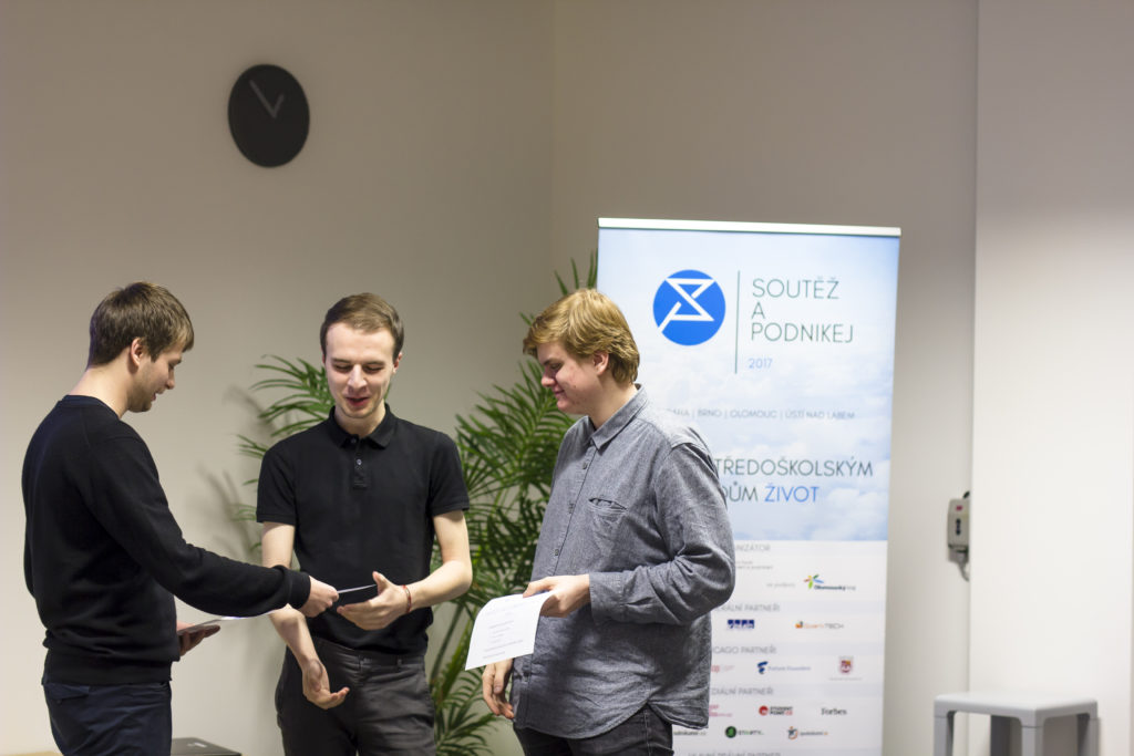 Vítězové Filip Glatz a Albert Vrzgula při vyhlašování vítězů