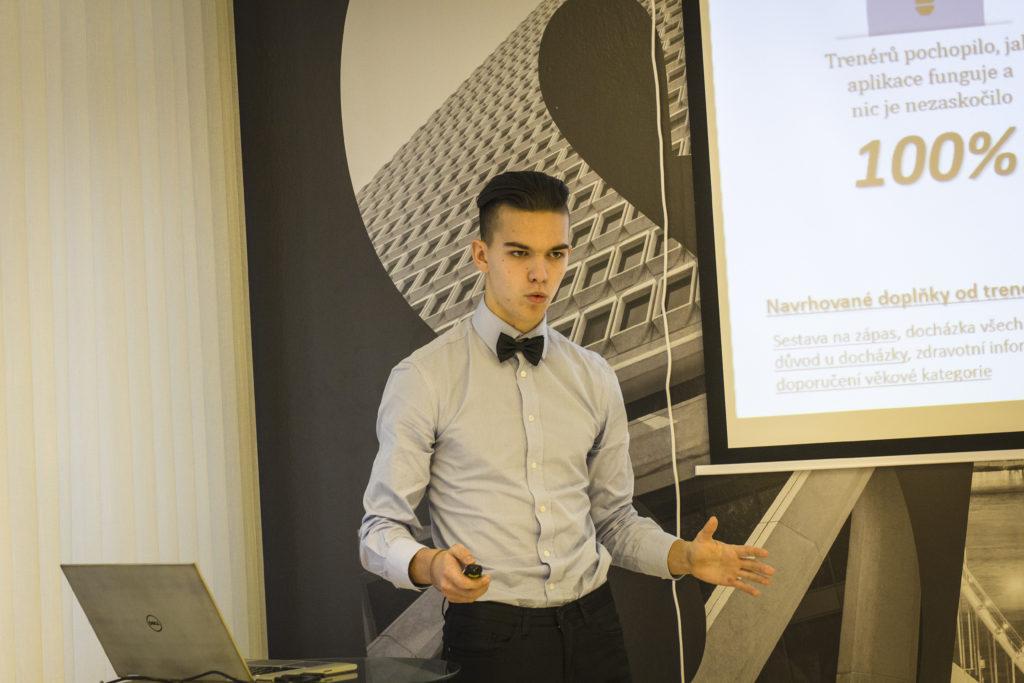 Vítěz regionálního finále Kryštof Lehečka při své prezentaci
