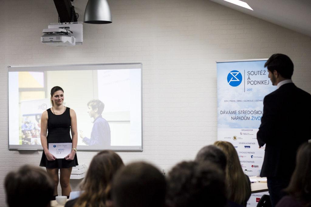 Vítězka Lucie Částková poslouchá závěrečné hodnocení poroty